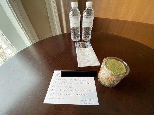 セントレジスホテル大阪のウエルカムスイーツとボトルウォーター