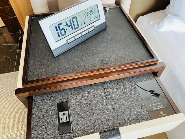 セントレジスホテル大阪のベッドサイドテーブルと時計