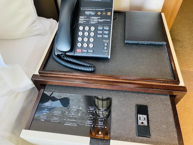 セントレジスホテル大阪のベッドサイドテーブルと電話
