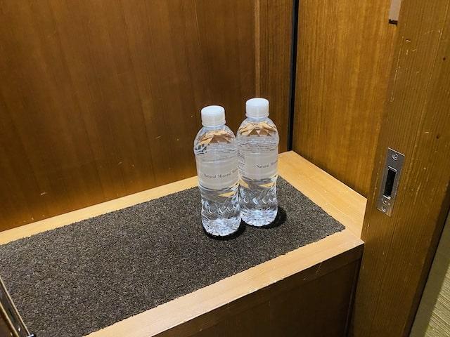 セントレジスホテル大阪のバトラーボックスとボトルウォーター