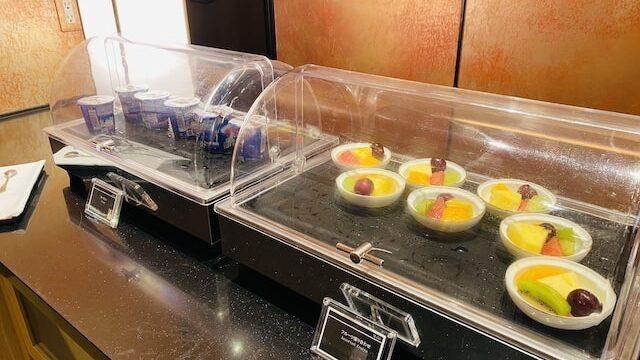 ザプリンス京都宝ヶ池オートグラフコレクションホテルのクラブラウンジのビュッフェヨーグルトとフルーツ盛り合わせ