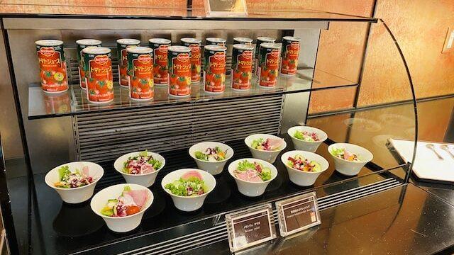 ザプリンス京都宝ヶ池オートグラフコレクションホテルのクラブラウンジのビュッフェサラダとジュース