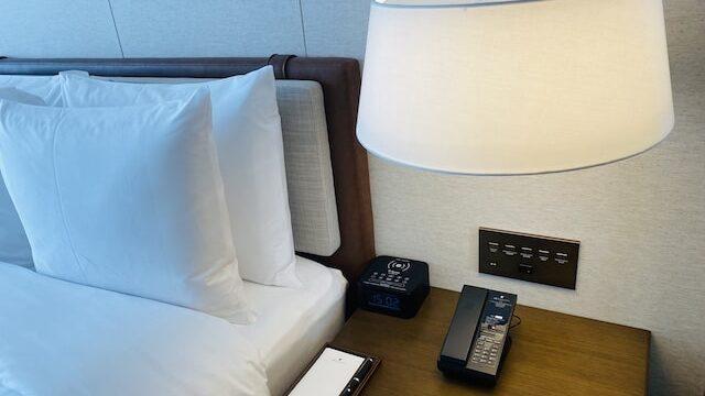 JWマリオットホテル奈良のサイドテーブルと電話機