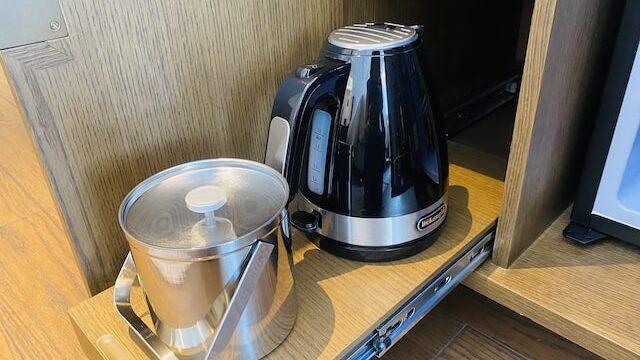 JWマリオットホテル奈良の電気ケトルとアイスボックス