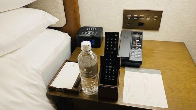 JWマリオットホテル奈良のボトルウォーターとリモコン